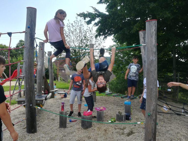 Spiel und Spaß auf der Schulwiese